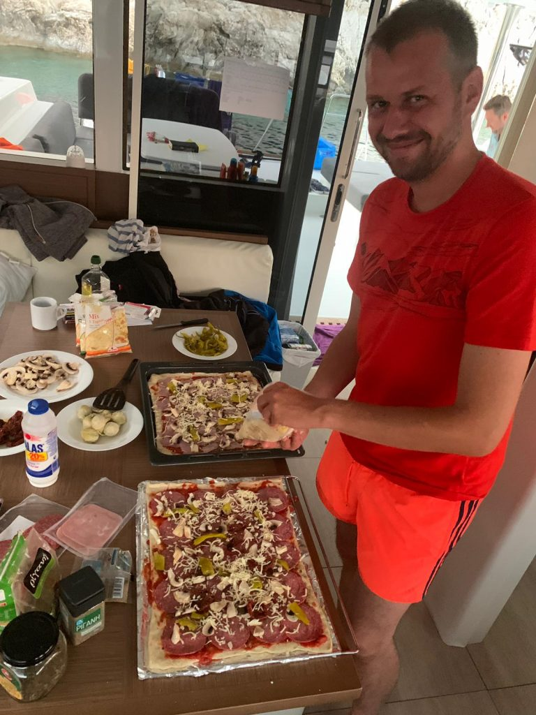 Pizza backen auf der Lagoon52 für 12 Personen